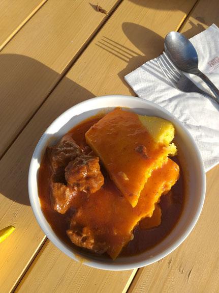 Gulasch mit Polenta, Essen auf Hüttentour Slowenien