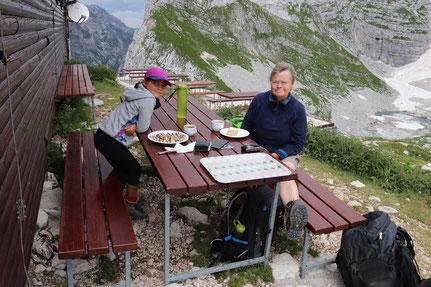 Essen auf der Hütte Bergtour Slowenien