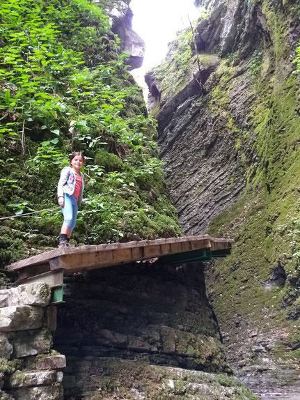 Kind auf Steg Kozjak Wasserfall