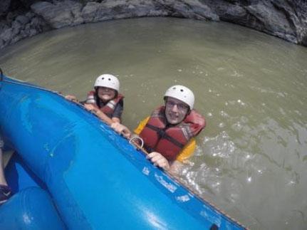 Rafting mit Kind in Nepal, zwei im Wasser