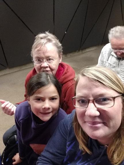 Drei Personen im Zug Postojna Höhle