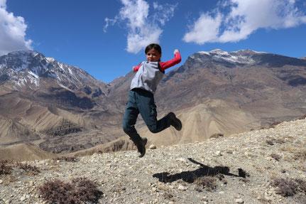 Miriam springt vor Aussicht Ghami