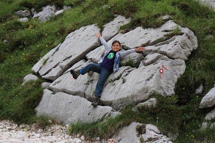 Miriam klettert auf Felsen Krn