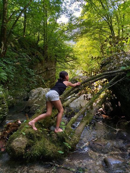 Kind klettert im Tal Wasserfall Kozjak
