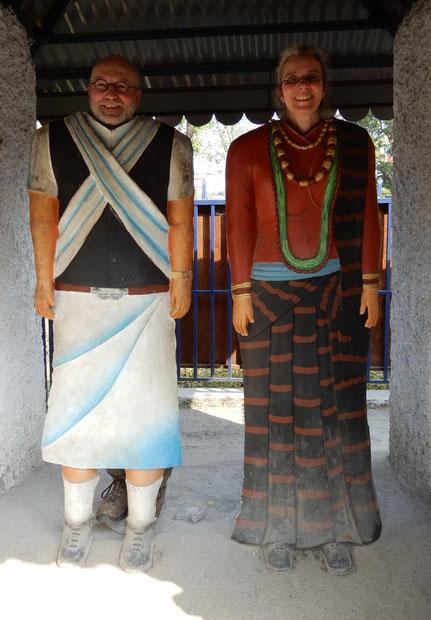 Zwei erwachsene mit Körpermaske