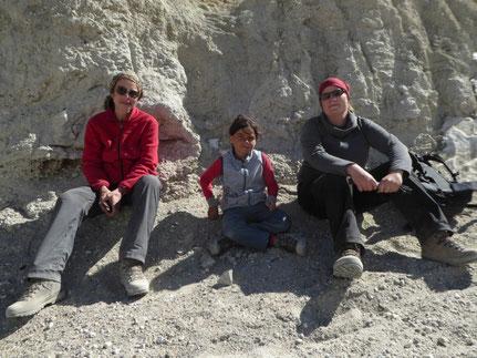 Gisa, Miriam und ich auf dem Pass sitzend