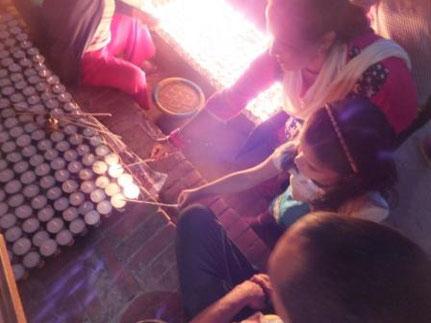 Miriam zündet Kerzen an