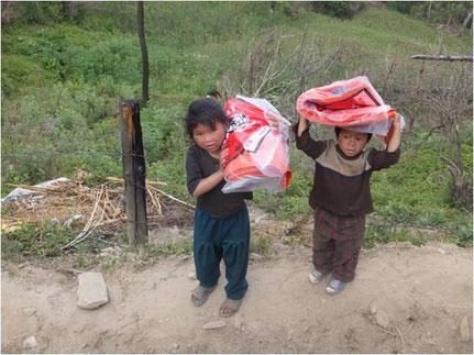 Zwei Kinder tragen Plastikfolien