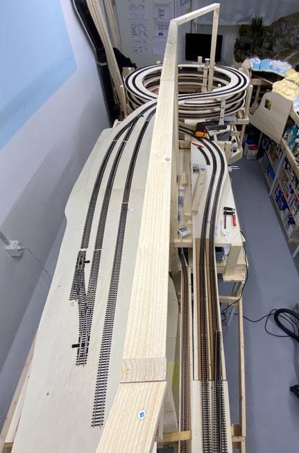 """Ansicht von oben: Links von der Trennwand folgt der Bahnhof Hohtenn, rechts unten die """"Gotthard-Streckenführung"""""""
