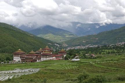 山々に囲まれたブータンの首都ティンプー。王宮の周りには棚田が広がる