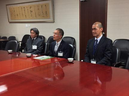 和坂さんに従事する仕事や語学力等について質問する荒竹副市長