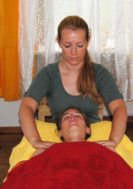 Klassische Massage im Nacken- und Schulterbereich in meiner Bielefelder Praxis