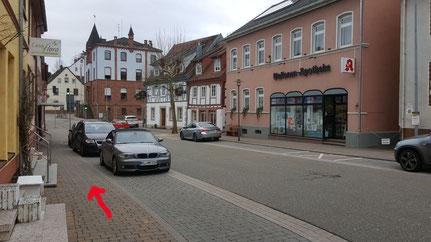 ...links ab in die Hauptstrasse zum Lutherischen Pfarrhaus