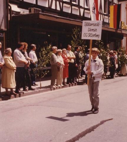 Michael Metzger mit dem Schild des Pfälzerwaldvereines