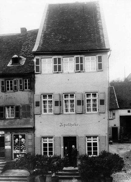 1930,  Alte Apotheke noch mit Außenputz und Eingang vorne.  Bild: Museum