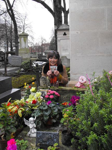 同じく2014年のクリスマスイヴに撮影した写真です。ペールラシェーズ墓地のディビジョン3にあるマドモアゼルの墓石は、訪れる人が飾った花でいっぱいです。