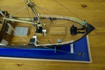 Diese Ausführungen von Ladebäumen, Winden, Lüfter und Niedergängen sind typisch für Schiffe aus der Zeit um 1900.