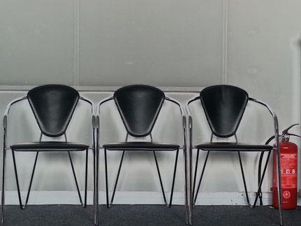 Stühle in der Lounge des Ex- KKI Laboratoriums nebst Feuerlöscher