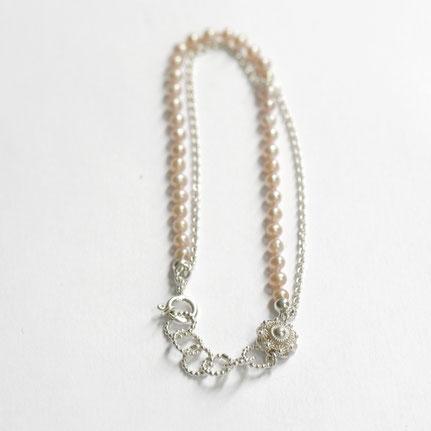 zilveren armband met zeeuws knoopje en roze parel