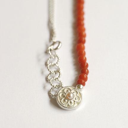 bloedkoralen ketting, zeeuwse ketting in zilver parel en bloedkoraal, handgemaakte sieraden, zeeuwse knoop sieraden