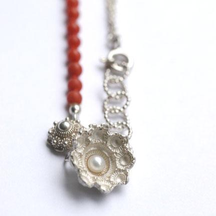 bloedkoralen sieraden, bloedkoralen ketting in zilver en parel, zeeuwse ketting met bloedkoraal, handgemaakte sieraden