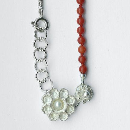 bloedkoralen sieraden, bloedkoralen ketting in zilver en parel en zeeuwse knoop, handgemaakte sieraden