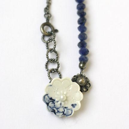 porseleinen ketting, porseleinen sieraden, delfts blauwe ketting met zeeuwse knoop, zoetwaterparels en zilver