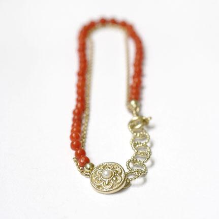 bloedkoralen sieraden, bloedkoralen armband in goud en parel, handgemaakte sieraden