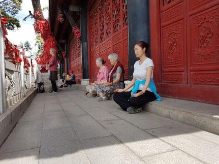 Meditation in einem Tempel in China