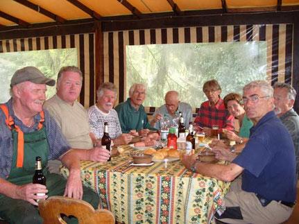 Skihütte: Die mit den Erhaltungsarbeiten 2011 betrauten Clubmitglieder stärken sich in der Arbeitspause.