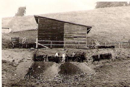 Skihütte: Bau Toilettenhaus durch Mitglieder, links im Hintergrund die Sprungschanze.