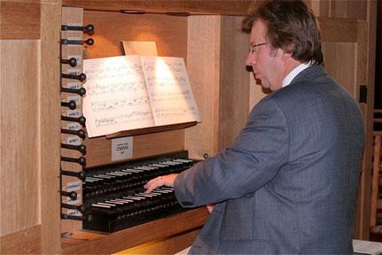A la console de l'orgue de l'église N-D de la Nativité de Gedinne.Concert donné le 04 août 2012