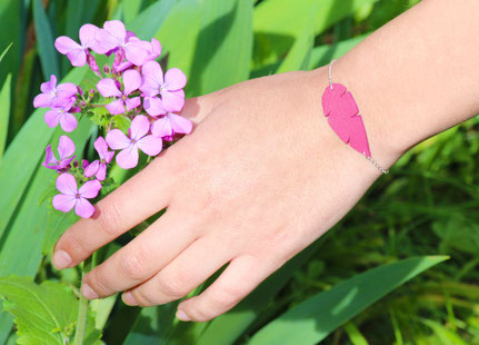 sarayana, bijoux cuir, créateur bijoux, création bijoux, bracelet cuir, bracelet plume, plume de cuir, bracelet violet, bijoux fait main, faits main