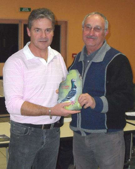 Ch C remet le prix du vice champion de France Ostrava à G Vergnaud qui représente aussi  JM Méthais champion de France