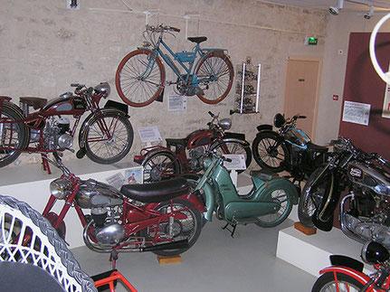 Vue partielle des motos des années 50 - Monet & Goyon
