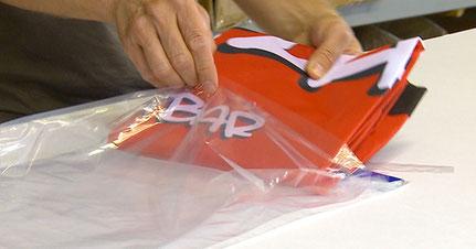 Die Fahnen werden einzeln verpackt, so können Sie auf dem Versandweg nicht verschmutzen oder kaputt gehen.
