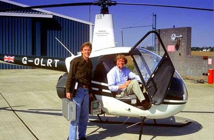 06 juli 1995: Henk (links) en Willem Bembom (rechts) in hun helikopter op de militaire luchthaven van Margate, Kent in Groot Brittannië. Met de helikopter vlogen ze naar verschillende plaatsen in Europa om zaken te doen.