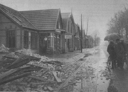 1931 Te Slagharen werd vorige week het huis van den heer Nijkamp een prooi der vlammen. Rechts naast de resten het perceel en de galanteriewinkel van Jan Willem Bembom.