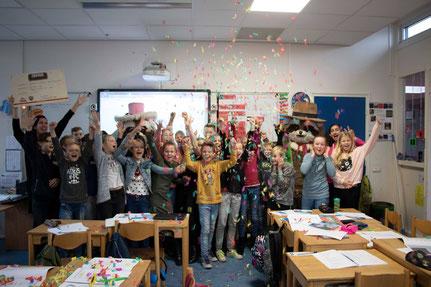 De winnende Juf Tabitha met haar klas van basisschool 'De Fontein', (Foto: Attractie- en Vakantiepark Slagharen, december 2018).