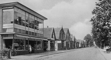 De Herenstraat omstreeks 1932 met links het warenhuis van Jan Willem Bembom