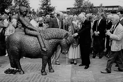 Op 03 juni 1989 kreeg Henk Bemboom van de plaatselijke bevolking een beeld van een 'Shetland Pony' aangeboden als dank voor zijn inspanningen ter vergroting van het welzijn en de werkgelegenheid in het Overijsselse dorp Slagharen…
