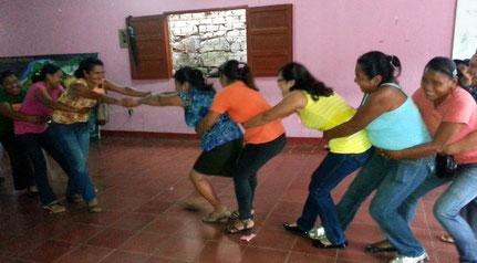 Mütter erproben im Workshop verschiedene Dynamiken.  Foto: MIRIAM Nicaragua