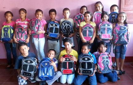 Schülerinnen und Schüler mit ihren Schulunterlagen.   Foto: MIRIAM Nicaragua