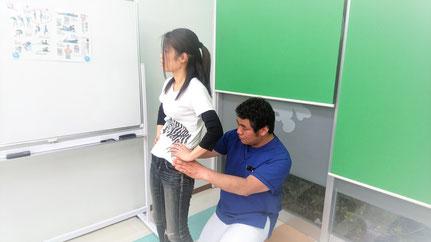 姿勢の指導をする写真