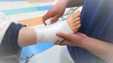 足関節の包帯固定をしている写真