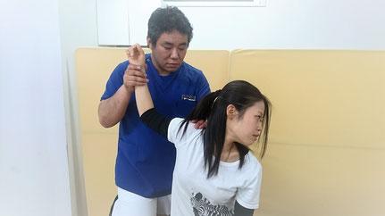 肩の徒手検査をしている写真