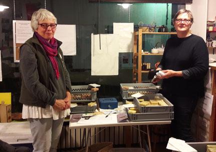 Florence (à gauche) est venue présenter ses savons au café solidaire.