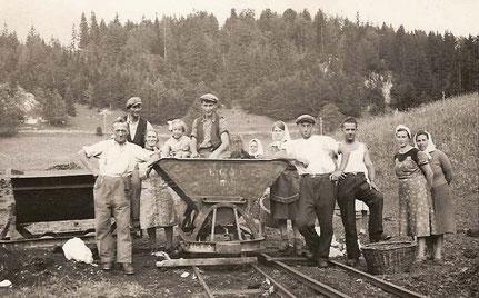 Exploitation industrielle de la tourbe en Sagne Vuagnard, avec la présence de femmes originaires de la Russie soviétique (Collection Josiane Bossel-Rochat)