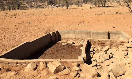 Eine ausgetrocknete Wasserstelle treibt die Elefanten in die Menschensiedlungen, weil sie das Wasser riechen können.