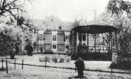 +- 1930 - Kiosque hannert dem aalen Hôtel de Ville